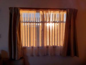 カーテン越しの朝日