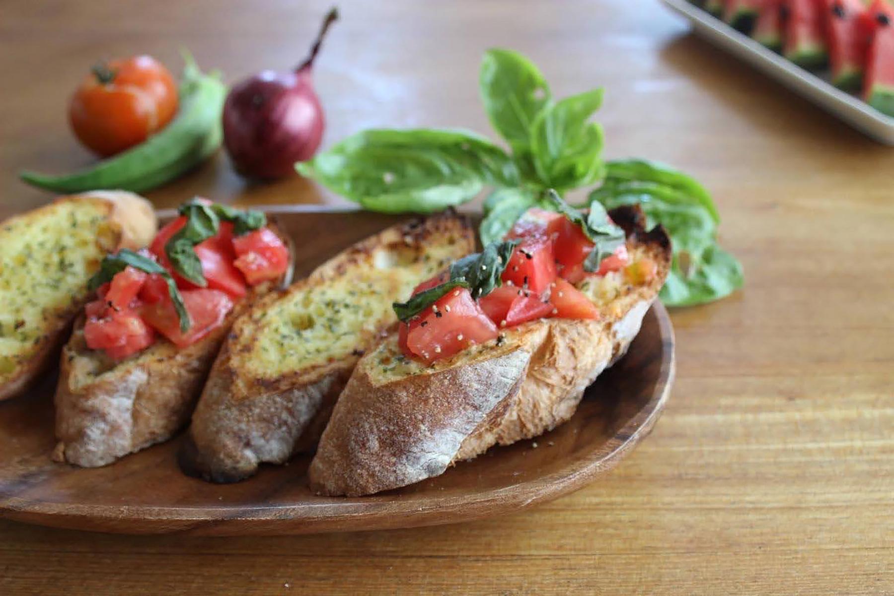 自家製トマトとバジルのブルスケッタ