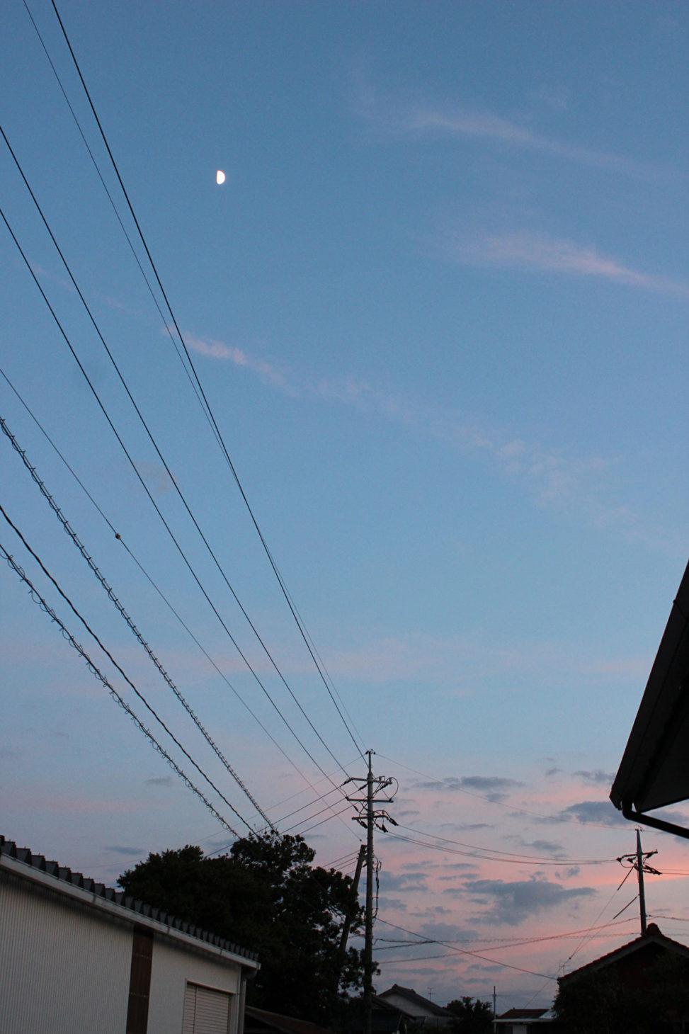 夕焼け空に月