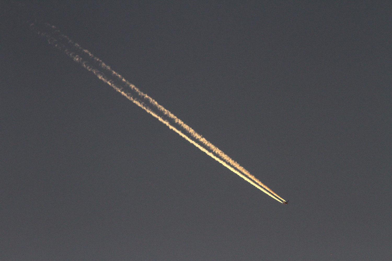 夕焼けに染まった飛行機雲