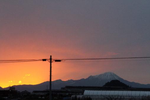 大山の稜線から日の出