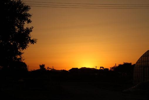オレンジ色に染まる夕焼け空