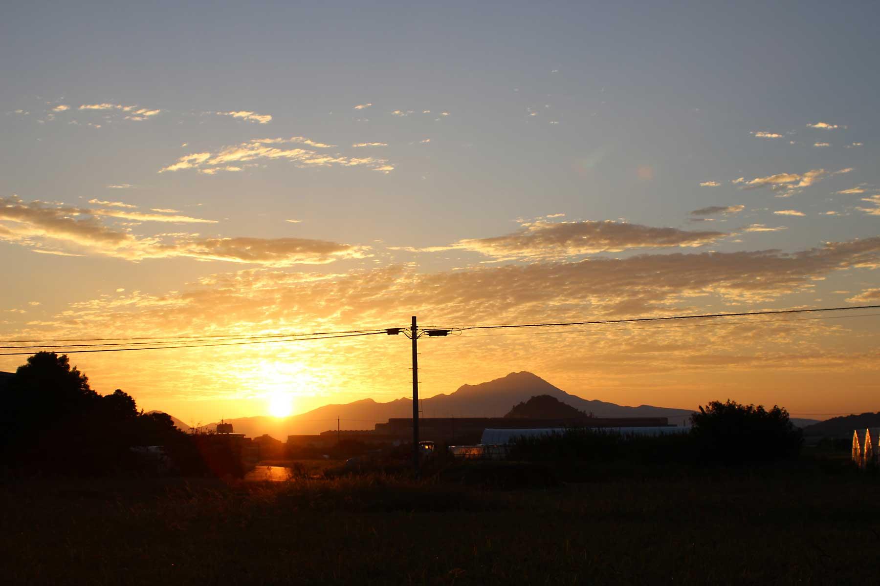 大山と朝日