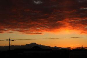 大山の稜線からの朝日を待つ景色
