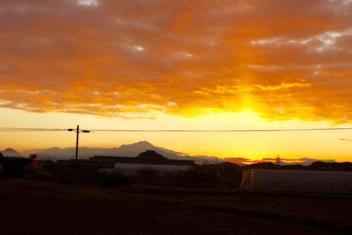 大山の稜線からの朝日